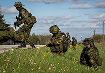 A highly trained and specially equipped quick response unit of the Estonian army, from the 1st Scouts Battalion, secures a road in rural Estonia during Exercise SIIL/Steadfast Javelin. (Source: nato.int)